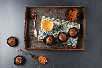 Small cupcakes with chocolate cream and cocoa powder - p300m1580887 by Mandy Reschke