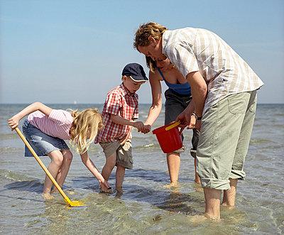 Familie am Strand - p7630054 von co-o-peration