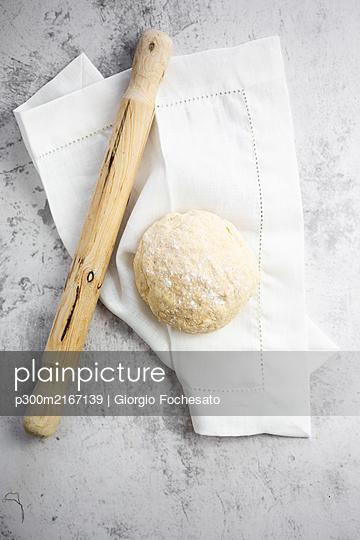 Rolling pin, pizza dough and white napkin - p300m2167139 by Giorgio Fochesato
