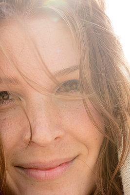 Junge Frau am Strand - p1212m1181992 von harry + lidy