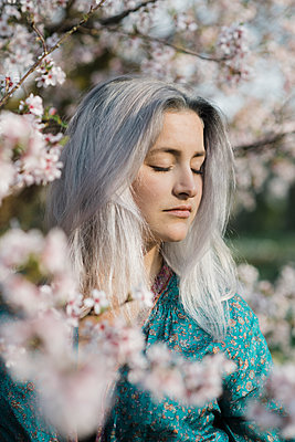 Young woman with grey hair wearing kimono - p1437m1584883 by Achim Bunz