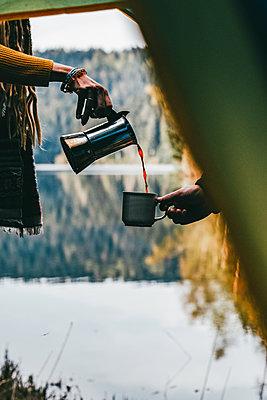 Espresso wird aus Espressokocher in eine Kaffeerasse gefüllt - p1455m2204909 von Ingmar Wein