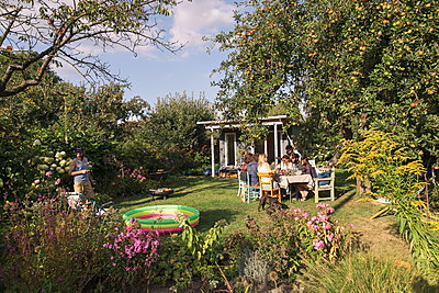 Friends in the allotment garden - p788m2037325 by Lisa Krechting