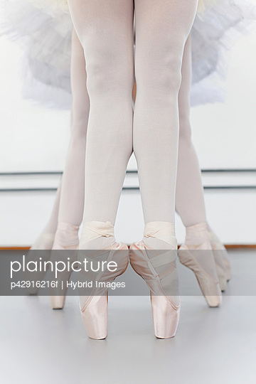 Ballet dancers' feet on pointe