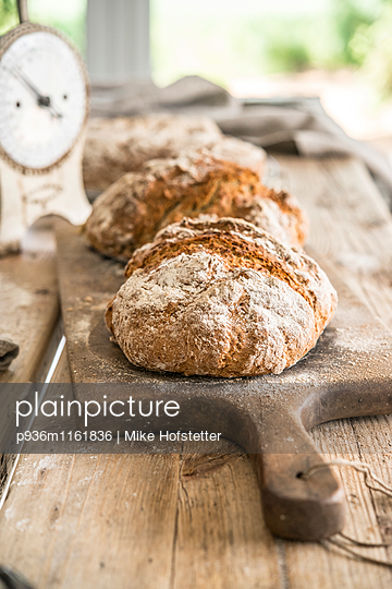 Frische Brotlaibe - p936m1161836 von Mike Hofstetter